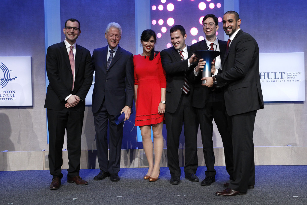 Former U.S. president Bill Clinton with the Hult Prize winning team from McGill (from left to right) Jesse Pearlstein, Shobhita Soor, Zev Thompson, Gabriel Mott and Mohammed Ashour (Photo: Mark Von Holden/AP Images)